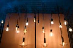 Много творческих ламп освещают окно на ноче Стоковые Фото