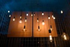 Много творческих ламп освещают окно на ноче Стоковое Изображение