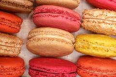 Много традиционных французских красочных macarons в коробке, конец-вверх стоковая фотография rf