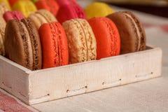 Много традиционных французских красочных macarons в коробке, конец-вверх стоковые фотографии rf