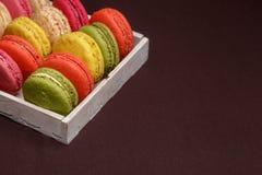 Много традиционных французских красочных macarons в коробке, конец-вверх стоковые изображения