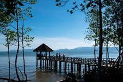 Много туристское посещение красивый павильон на пляже Стоковые Изображения