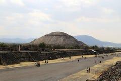Много турист на пирамидах Teotihuacan, Мексики стоковые фото