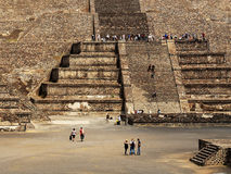 Много турист на пирамидах Teotihuacan, Мексики стоковые фотографии rf