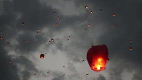 Много фонариков неба в небе Плавая церемония фонариков или церемония Yeepeng, традиционная церемония Lanna буддийская внутри акции видеоматериалы