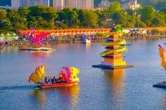 Много фонарик плавая в реку в фестивале фонарика Чинджу на стоковое изображение