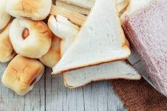 Много хлебов на деревянном Стоковая Фотография