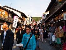 Много ходят по магазинам и путешественники к виску Киото Kiyomizu, Японии Стоковое Изображение