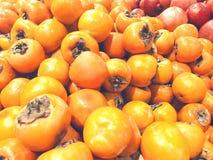 Много хурм плодоовощей лежат в супермаркете Стоковые Изображения RF