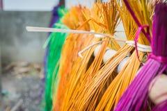 Много цвет сухих циновок соломы вися на бамбуковом баре Стоковая Фотография RF