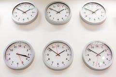 Много часов показывают различные времена стоковая фотография rf