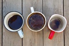Много чашек кофе на деревянном столе стоковая фотография rf
