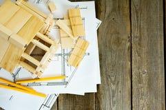 Много чертежей для строить и дом на старое деревянном Стоковые Изображения