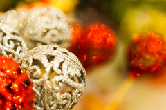 Много шариков красного и белого рождества в предпосылке Christmass стразов красочной Стоковая Фотография RF