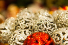 Много шариков красного и белого рождества в предпосылке Christmass стразов красочной Стоковое Изображение RF