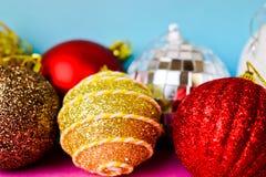Много шариков рождества xmas различного пестротканого сияющего рождества декоративных красивых праздничных, предпосылка игрушек р стоковое изображение