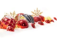 Много шариков рождества в снеге изолированном на белизне Стоковое Изображение RF