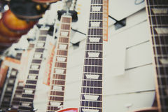 Много шей электрической гитары выровнянных в магазине Стоковая Фотография