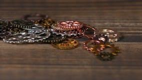 Много шестерня катит внутри различные размеры на деревянном столе акции видеоматериалы