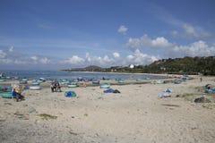 Много шлюпка корзины расположена на солнечном белом longsandy пляже настолько красивом стоковые фотографии rf