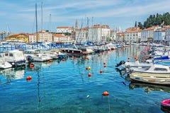Много шлюпок в гавани и старом городке Piran, Словении стоковая фотография