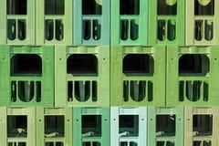 Много штабелированных зеленым цветом пластичных клетей напитка Стоковая Фотография RF