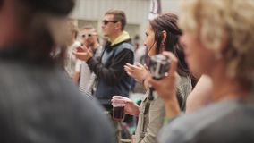 Много людей аплодируют на улице Девушка с питьем 100f 2 8 28 velvia лета nikon s fujichrome пленки f вечера камеры 301 ai праздне сток-видео