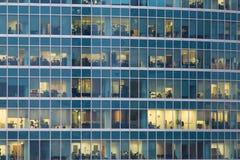 Много людей в окна небоскреба и конструкции в городе Москвы Стоковая Фотография RF