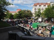 Много людей идут вдоль улицы Vladimirskaya в день Киева стоковые изображения