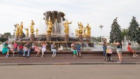 Много людей на дружбе народов фонтана Стоковое Изображение RF