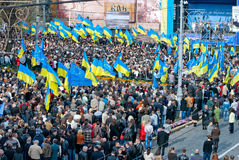 Много людей на улице с flags6 Стоковая Фотография