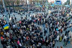 Много людей на улице с flags7 Стоковые Фото