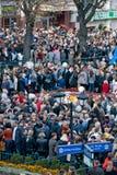 Много людей на улице с flags4 Стоковое Изображение