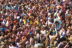 Много людей на фестивале цветов Holi Барселоны Стоковая Фотография