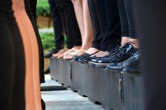 Много людей стоя на платформе в ряд Стоковое Фото