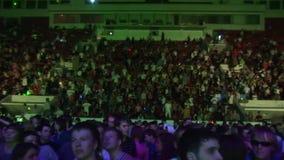Много людей танцуя на трибуне огромного ночного клуба Фары Просигнальте внутри вне акции видеоматериалы