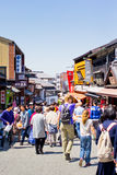 Много люди ar идя на традиционную торговую улицу, Sannen-Zaka, в fron виска Kiyomizu Стоковые Фотографии RF
