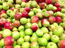 Много яблок плодоовощей зеленых лежа в супермаркете Стоковые Изображения RF