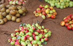 Много яблок для продажи в бакалее Стоковое Фото