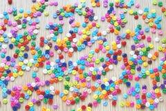 Много яркие пестротканые небольшие кнопки стоковое изображение rf
