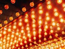Много ярких накаляя стеклянных ламп Освещение установленных ламп Edison ретро на темной предпосылке rabitz Модная просторная квар стоковые изображения rf