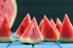Много ярких сочных кусков арбуза отрезали в триангулярную форму S Стоковые Изображения RF