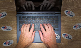 Много я проголосовал стикеры на столе хакера стоковое изображение rf