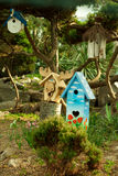 Много birdhouses на glade Стоковое Изображение