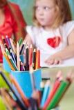 Много crayons на таблице Стоковые Фото