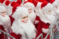 Много figurines Санта Клауса на продаже, на счетчике в магазине Стоковое фото RF