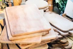 Много handmade деревянных разделочных досок различных размера и формы Стоковое Фото