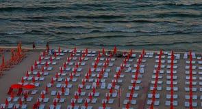 Много loungers солнца с парасолями на пляже Стоковое фото RF
