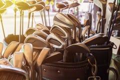 Много metal гольф-клубы в кожаном багаже Стоковые Фото