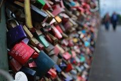 Много padlock на мосте в Кёльн, Германии Стоковое Изображение